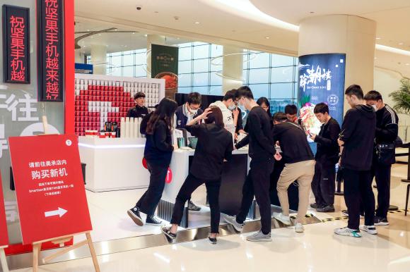 坚果手机火爆多城线下店,坚果团队与粉丝沟通创新产品理念
